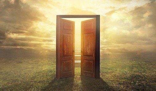 Abrir la puerta, te permite entrar y conocer lo que hay al otro lado