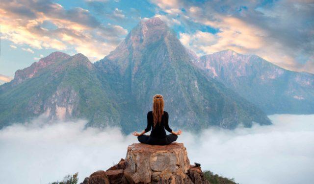 Para sentirte renovado tómate unas vacaciones espirituales, pero no alejado de la vida, sino dentro de ti mismo, alejado de lo obvio.